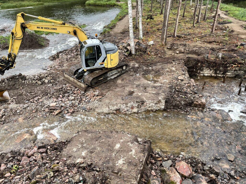 Uusi kosken sivuhaara kaivettu